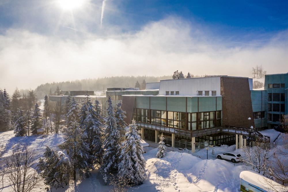AHORN Waldhotel Altenberg Aussenansicht Winter
